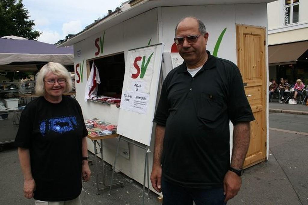 Hjemmesnekra: Mohammed Al-Samarai og Britt Bekkedal foran SV sin valgbod på Olaf Ryes plass. FOTO: LARS ROAR RUD