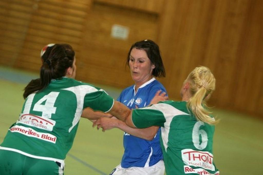 Stoppet: Lisbeth Straume og VIF ble effektivt stoppet av Martina Skullerud (venstre) og Andrea Ohrvik.