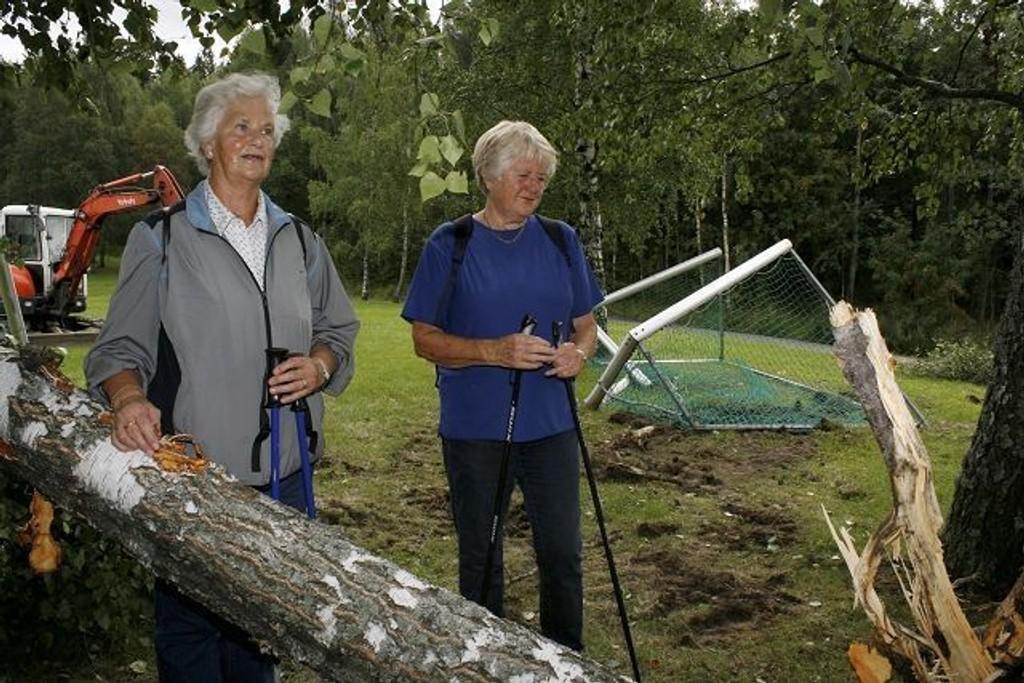 Tove Müller og Åse Lehmann fra Vestli likte ikke det de så på tur rundt Rommensletta mandag morgen.