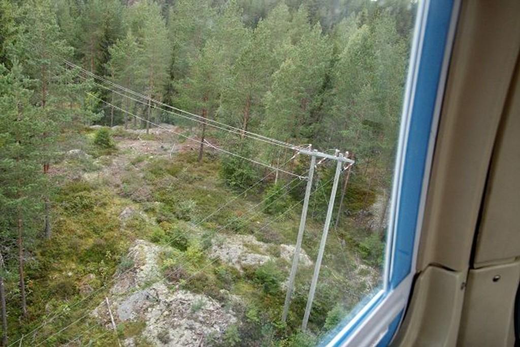 Helikopteret henger få meter over skogen og kraftlinja slik at Ove Lien får sjekket for feil og mangler. ALLE FOTO: Øystein Dahl Johansen