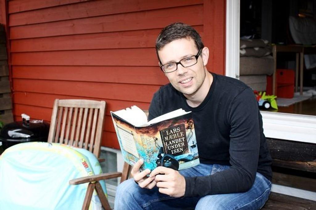 Lars Mæhle har skrevet en fantasybok for ungdom og voksne. Boka er så spennende at man glemmer at den er på nynorsk. FOTO: Trine Dahl-Johansen