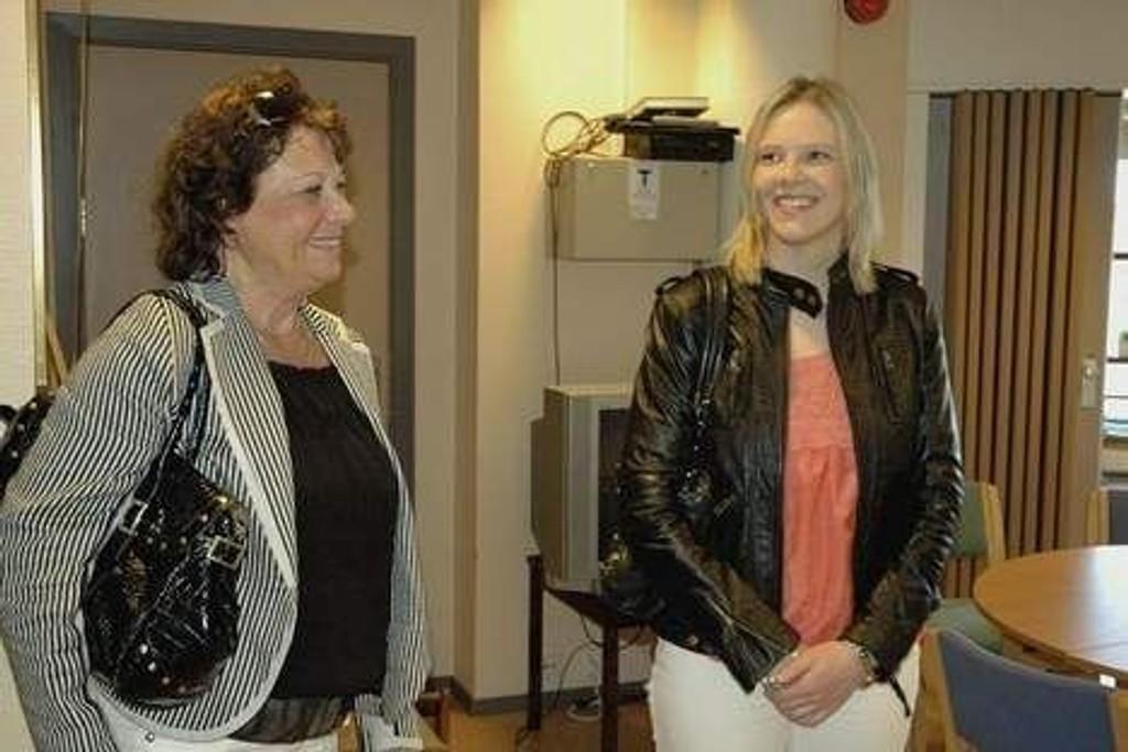Klart vi er stolte av å bli nominert til en slik pris, sier bydelsdirektør Mona Taasen (t.v.). Her viser hun sosialbyråd Sylvi Listhaug rundt på omsorgssenteret på Myrer i forbindelse med «Omsorg+»-tildelingen i vår. Arkivfoto: Karl Andreas Kjelstrup