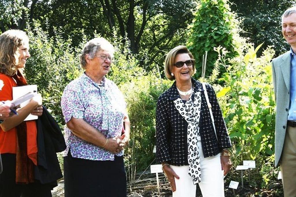 – Dronningen viste stor interesse under omvisningen, sa Elen Roaldset i midten. FOTO: LINE RUNDMO