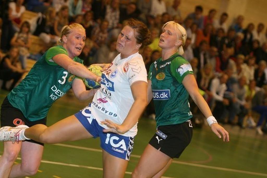 Ingrid Loftheim og NIF ble effektivt stoppet av Viborg HK. Her representert ved Dianne Møller (venstre) og Rikke Skov.