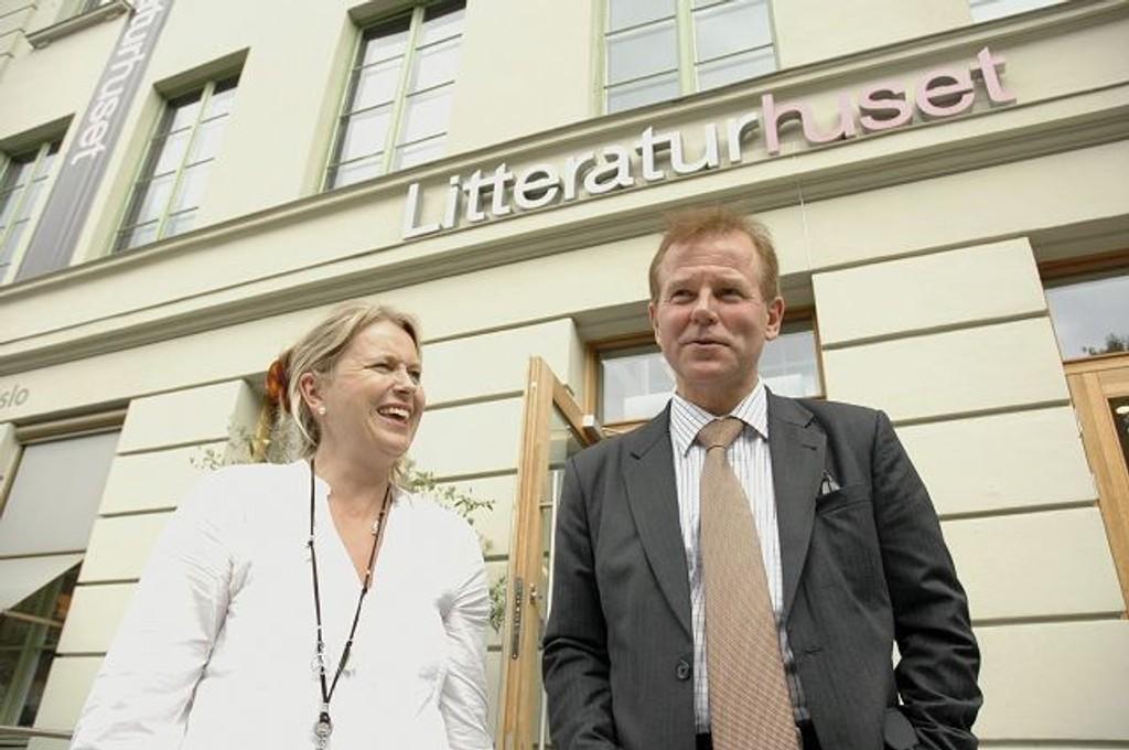 Ole Petter Ottersen synes ikke regjeringen har innfridd sine løfter til forskning og høyere utdanning de siste årene. Her sammen med Stortingskandidat Kristin Vinje (H) fra Korsvoll etter et debattmøte på Litteraturhuset i forrige uke. Foto: Karl Andreas Kjelstrup