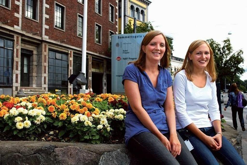 Hjelper: Prosjektleder Ingrid Sundsbø (t.v) og prosjektmedarbeider Sofia Gottheil er tilgjengelige på telefon på det nye informasjonskontoret, hvor de skal hjelpe beboere i husleieregulerte boliger.  Foto: Fredrik Eckhoff