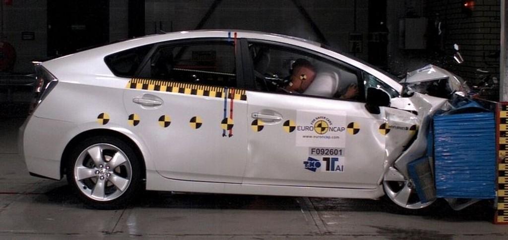 SIKKER: Hybridbilene viser seg å være blant de sikreste bilene. Her fra kollisjonstesten med Toyota Prius.