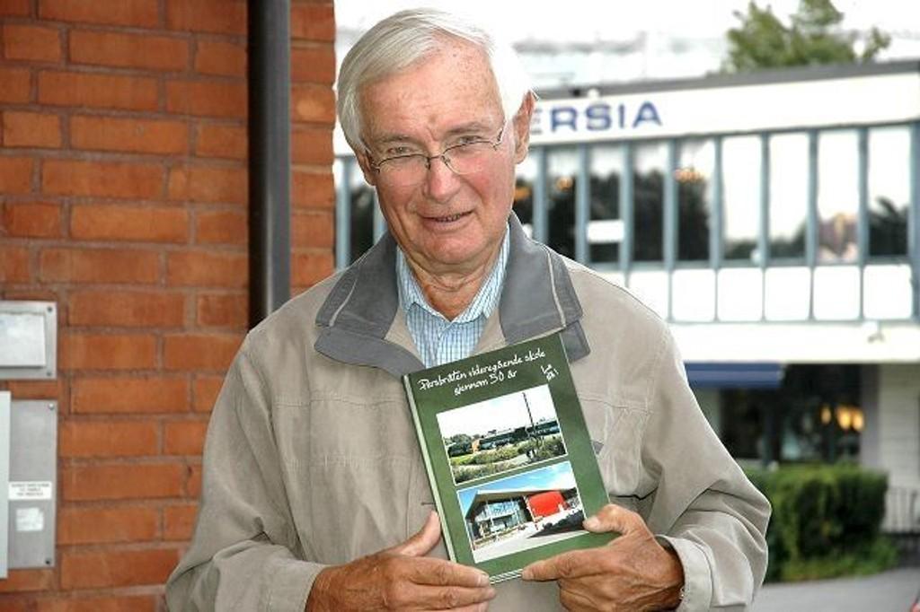 Ute med bok: Finn Holden kom nylig ut med boken som er gitt ut i forbindelse med Persbråten videregående skole er 50 år. FOTO: ALEXANDER SYNSTAD