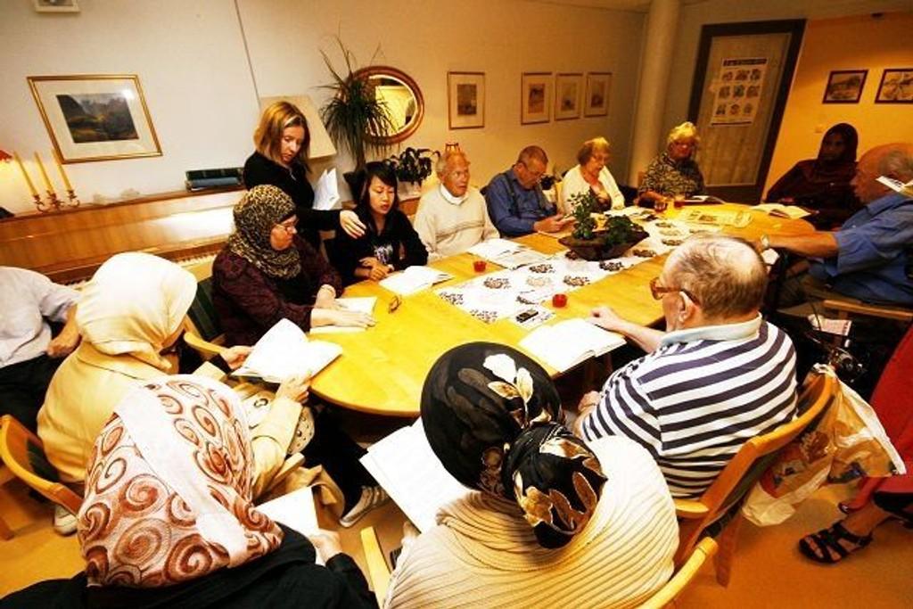 Nahal fra Marokko, Lal Nyo fra Burma og fire andre kvinner lærer norsk på Kantarellen dagsenter. Her får de hjelp av programrådgiver Inger Marie Zongo fra kvalifiseringsprogrammet og Odd Haugerud og Torbjørn Svendsen fra dagsenterets.