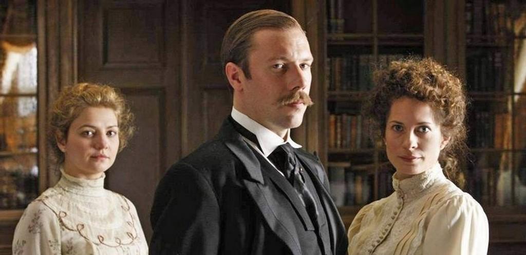 KONGELIG NORSK: I desember viser NRK dramaserien om prins Carl og prinsesse Maud, med Maria Bonnevie (til høyre) og Jakob Cedergren i spissen.