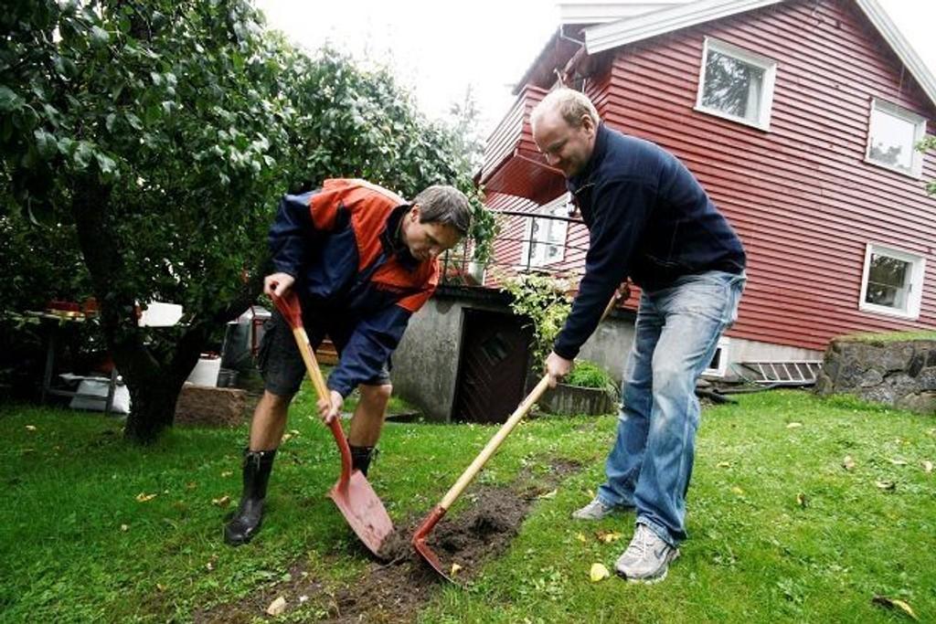 Asle Henriksen (til venstre) hjalp kameraten Arne Nyhus med å grave ned strømkabelen i hagen på Nordstrand.