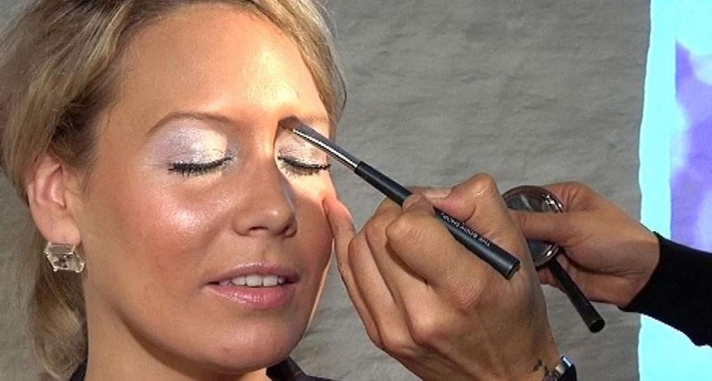 EKSPERT: - La øyebrynene vokse! Ikke plukk hår fra oversiden, bare fra undersiden, tipser makeupartist Karim Sattar