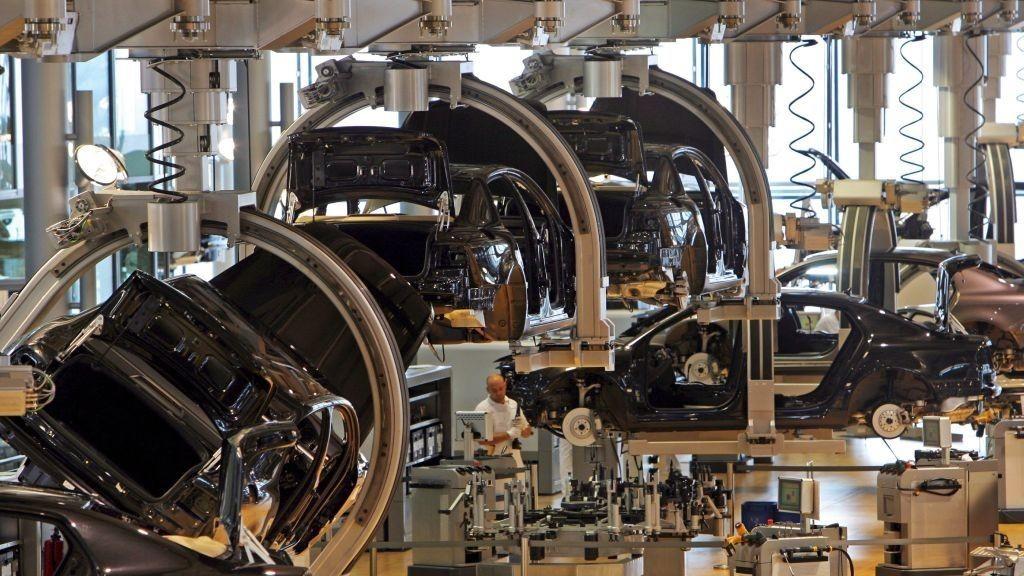 Produksjon ved en bilfabrikk i Tyskland. Volkswagen Phaeton vw