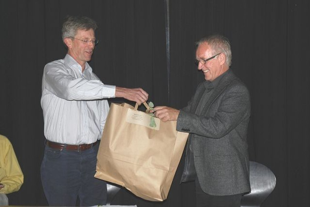BU-leder Carl Oscar Pedersen overrekker blomster til bydelsdirektør Thor-Even Strømme. Foto: Vidar Bakken