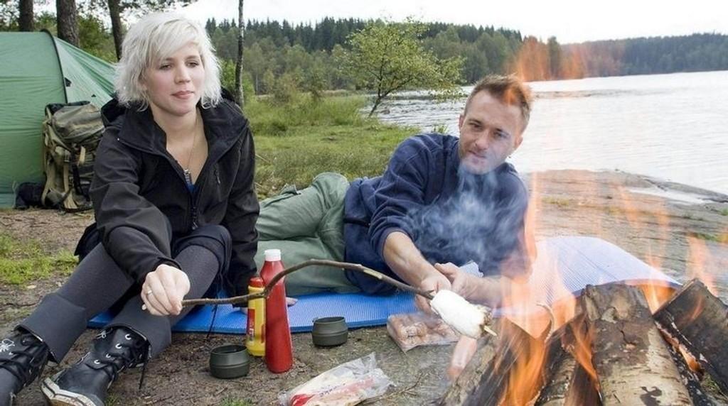 BÅLKOS: Kosen er det viktigste med å dra på tur, mener Elèn Røgeberg Jørgensen. Med pølse og marshmallows på bålet begynner også ektemannen Henning å bli overbevist.