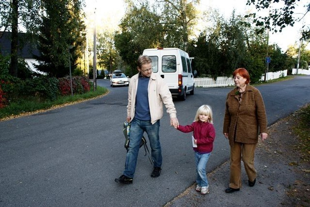 I byrådets budsjettforslag ligger fortau i Hauketoveien inne, men BU-medlem Liv Jorunn Erikssen, tidligere FAU-medlem Morten Oksvold og datteren Matilde kan godt tenke seg flere sikringstiltak i området.