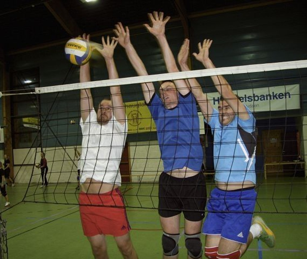 Ikke lett å få ballen gjennom denne blokkeringen – fra venstre: Rune Kongsro, Mikkel Steen Birkedam og Samy Sheqiri. Foto: Kristin Tufte Haga