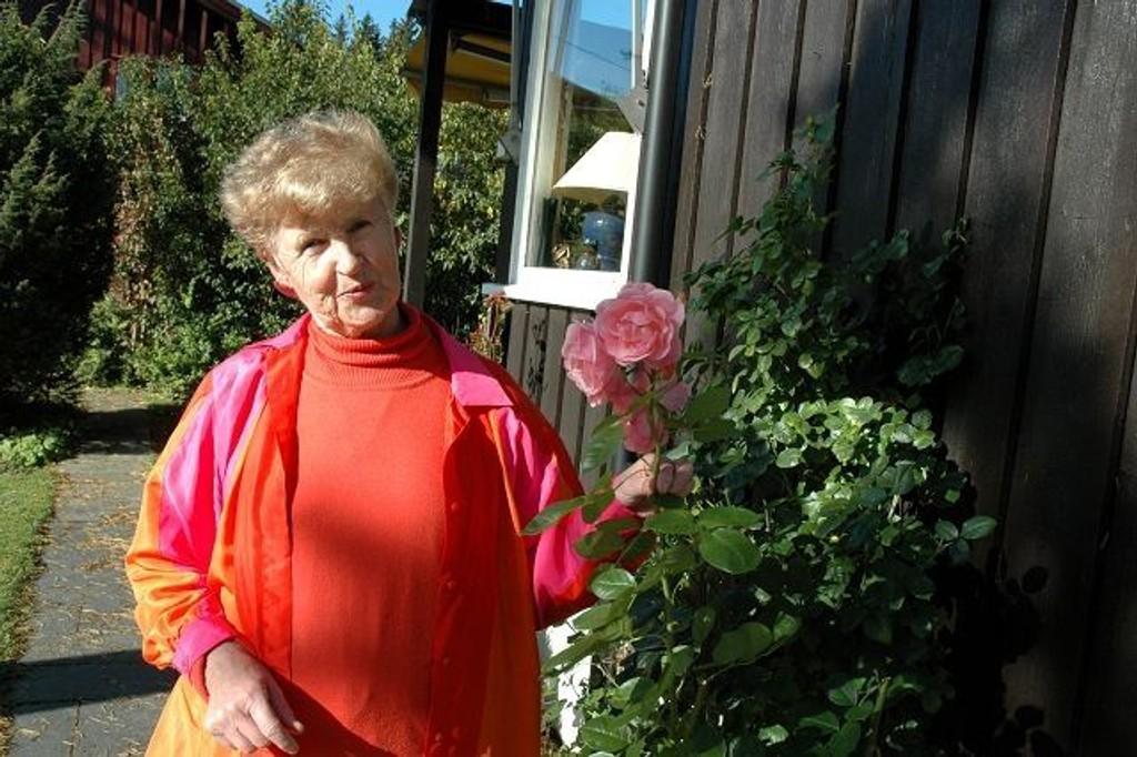 Evy Jacobsen har byens fineste hage. For det ble hun premiert av Ordføreren. Foto: Karl Andreas Kjelstrup