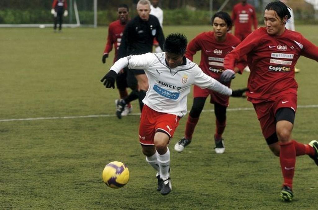 Erwin Augustin og Oslo City ble kjempet ut av rytmen av Holmlia. Oslo City er seriemestere, og spillerne la lite i dette oppgjøret. Foto: Harald Stensdal