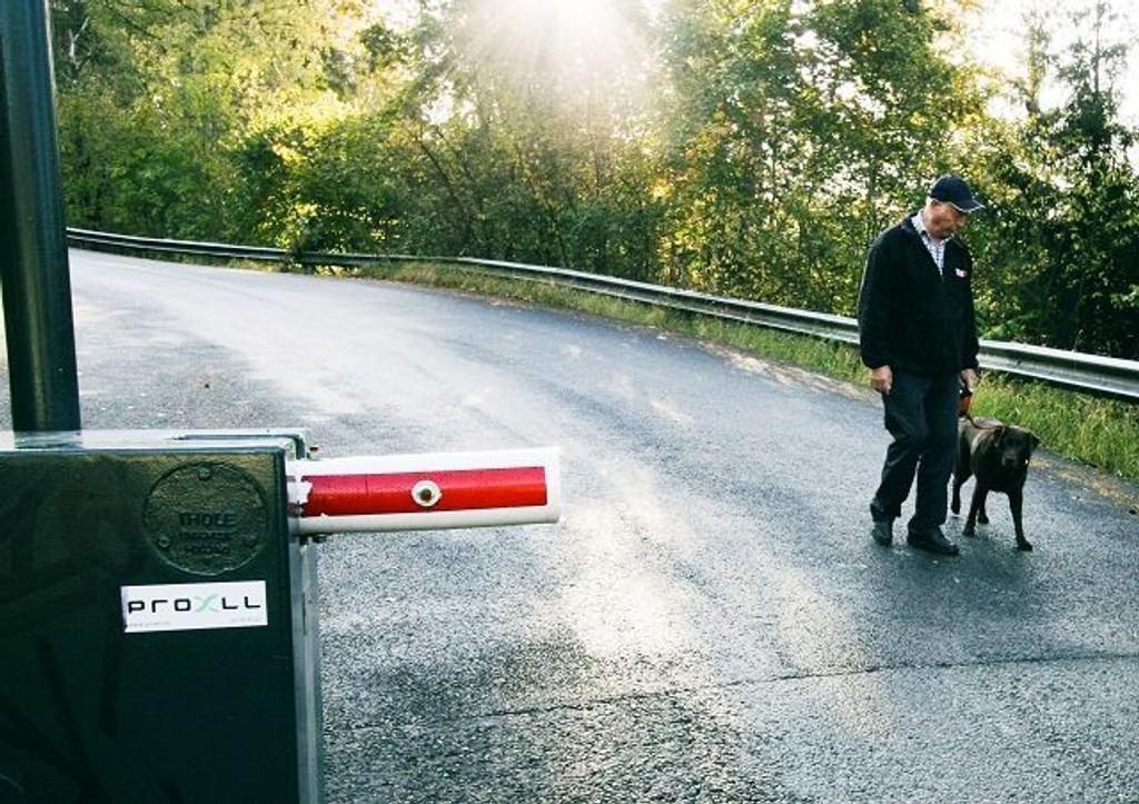 På sin daglige tur i lokalmiljøet oppdaget Harald Engebretsen og hunden Tina at bommen i Skullerudbakken var kuttet tvers av.