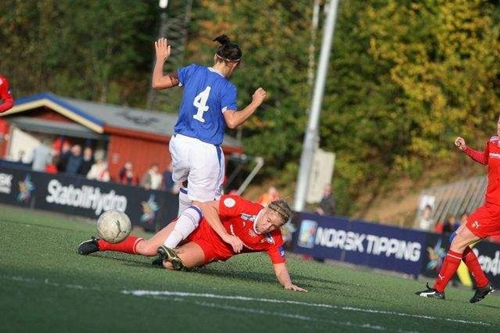Elise Thorsnes gir ikke noe gratis i duellene. Her i duell med Evertons Fara Merrett hjemme på Røa.