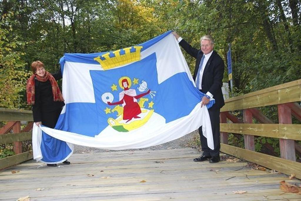 Varaordfører Aud Kvalbein og ordfører Fabian Stang viser at her går grensen til Oslo og bryr seg lite om at det er landforbindelse til Bærum. Foto: Vidar Bakken