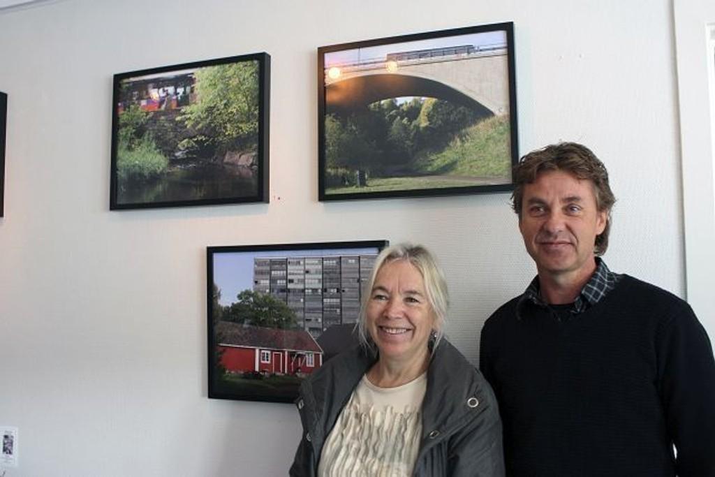 Rannveig Egge og Jarl Grønsveen foran bildene Egge bidrar med til utstillingen.