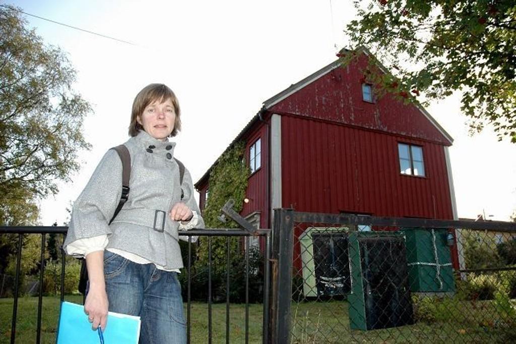 Golia Vel, her representert ved Kristine Næss, synes det er trist og unødig at dette store huset på Godlia bare står og forfaller. FOTO: Nina Schyberg Olsen