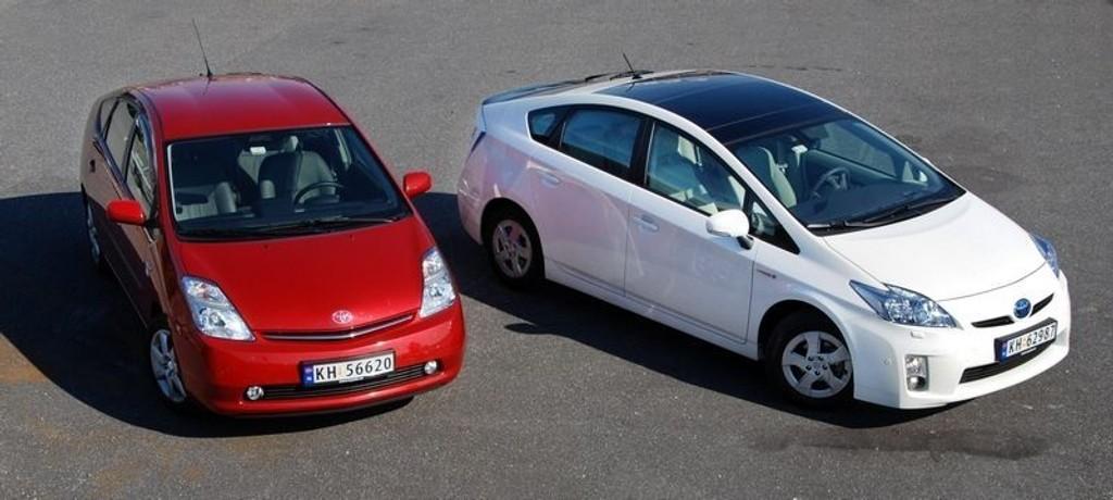 BESTSELGER: Ny Toyota Prius seilte inn som bestselger i september. Her fotografert sammen med forrige generasjon Prius. (Foto: Øivind Skar)