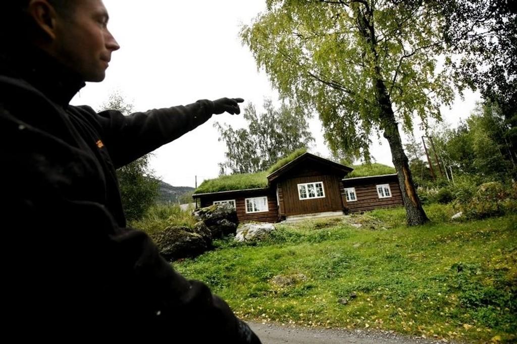 HYTTEKOS: – Nordmenn vil ha laftehytter fordi det er tradisjonelt og koselig, mener Martin Nielsen ved Sjoa Laft og Restaurering.