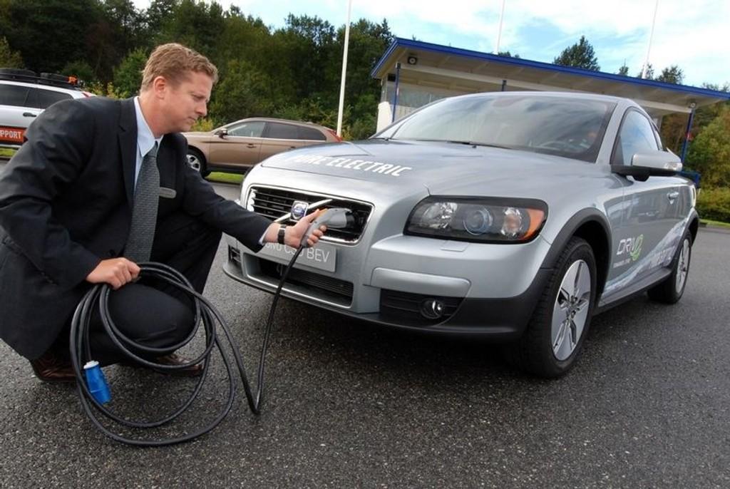 PÅ STRØM: Volvos Henrik Järlebratt er klar til å plugge Volvoen til elnettet. (Foto: Øivind Skar)