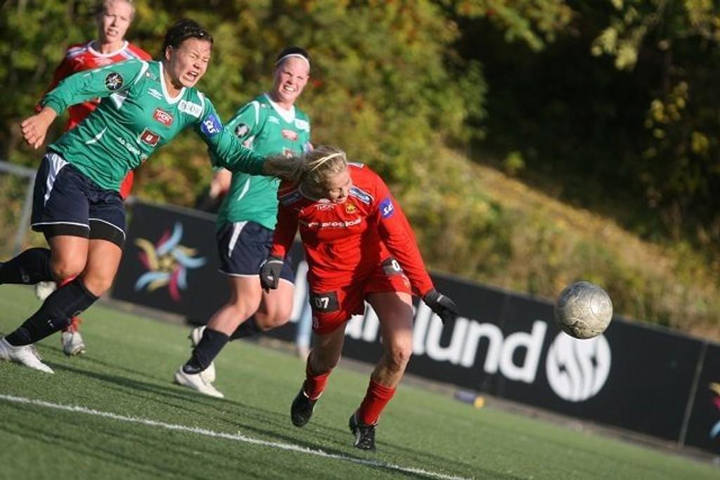 Mål: Marit Fiane Christensen kaster seg frem, og header inn frisparket fra Stine Andreassen. Da sto det 2-0 til Røa mot Amazon Grimstad.
