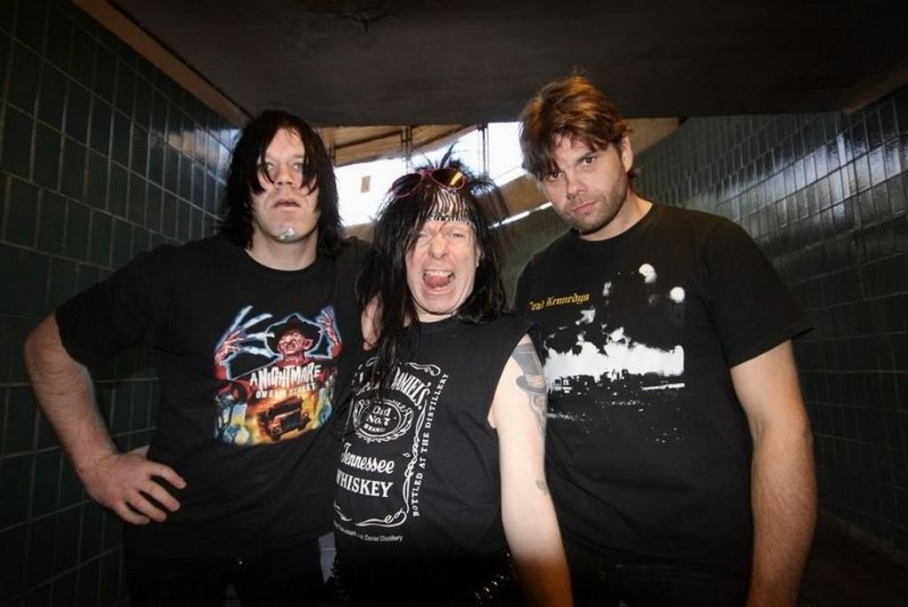 Pelle Ramone, Stony Crash og Eddie Gestapo i Gatecrashers blir aldri lei av å provosere. Bandets firbeinte manager (nede t.h.) har et avslappet forhold til det hele. FOTO: MAREN THORSEN BLESKESTAD