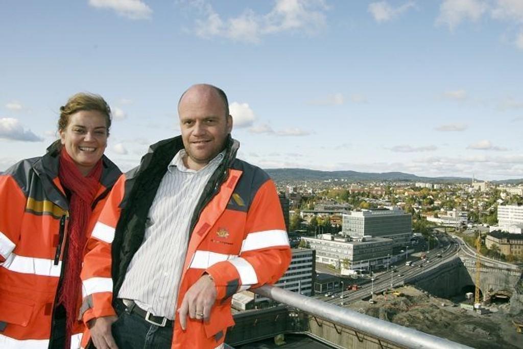 Kommunikasjonsrådgiver Rikke Holdnes Brouer og byggeleder Nils Gunnar Røhrsveen forsikrer at arbeidet med Lørentunnelen er under kontroll, selv om beboerne vil oppleve kraftige rystelser i tida som kommer. BEGGE FOTO: Anita L. Hanken
