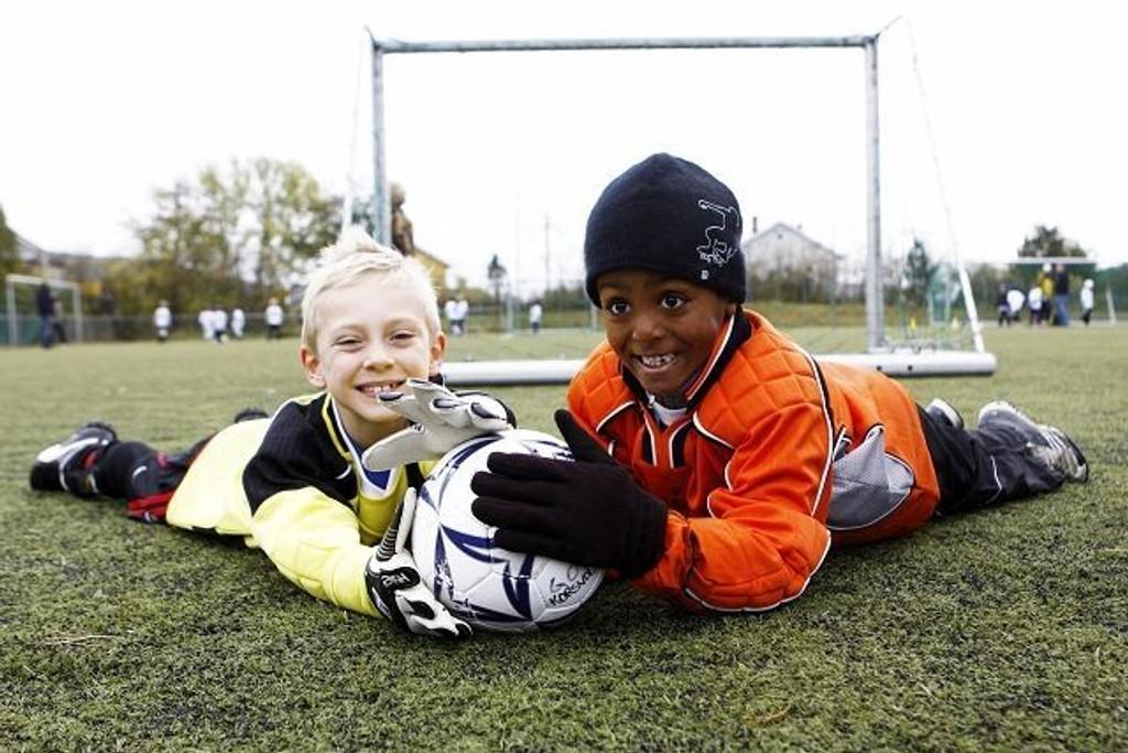 (F.v.) Korsvoll Rød-keeper Jonathan Jacob Lindefjeld (7) og sagenekeeper Elias Mællum (7) imponerte begge da lagene spilte mot hverandre i Korsvoll minicup. Alle foto: Carina Alice Bredesen
