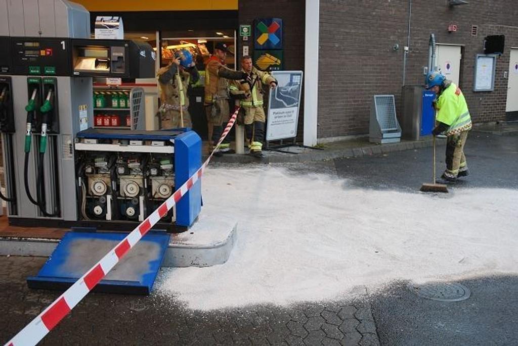 På Essostasjonen Røa flommet bensinen utover, men betjeningen fikk raskt kontroll over situasjonen.