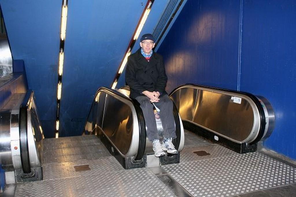 Ottar Eide er lei av at rulletrappene på vestli t-banestasjon ikke fungerer. FOTO: LINE RUNDMO