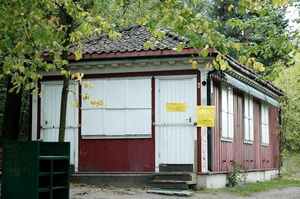 Dørene til Kafé Utsikten er stengt med lås og slå, men går det som byråd Jøran Kallmyr ønsker, kan man allerede neste sommer igjen få kjøpt vafler og kaffe her. ARKIVFOTO: Nina Schyberg Olsen