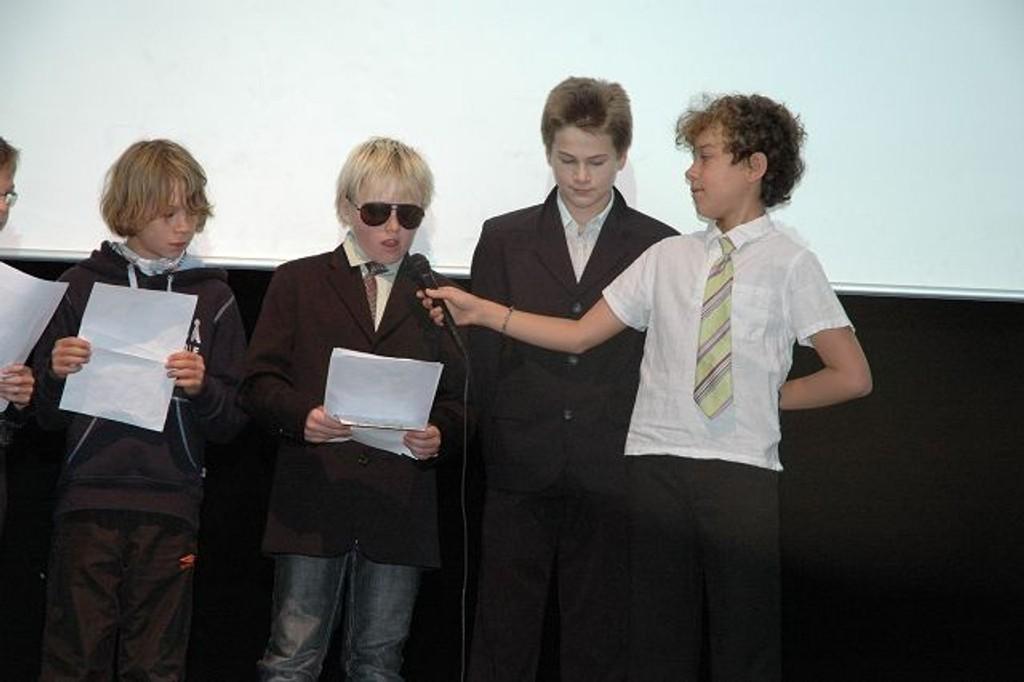 Sjetteklassingene på Kringsjå underholdt på FN-dagen. Foto: Karl Andreas Kjelstrup