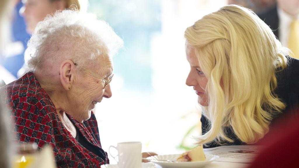 FLOTT MØTE: Mette-Marit og Mary i hyggelig passiar på Vollen sykehjem.