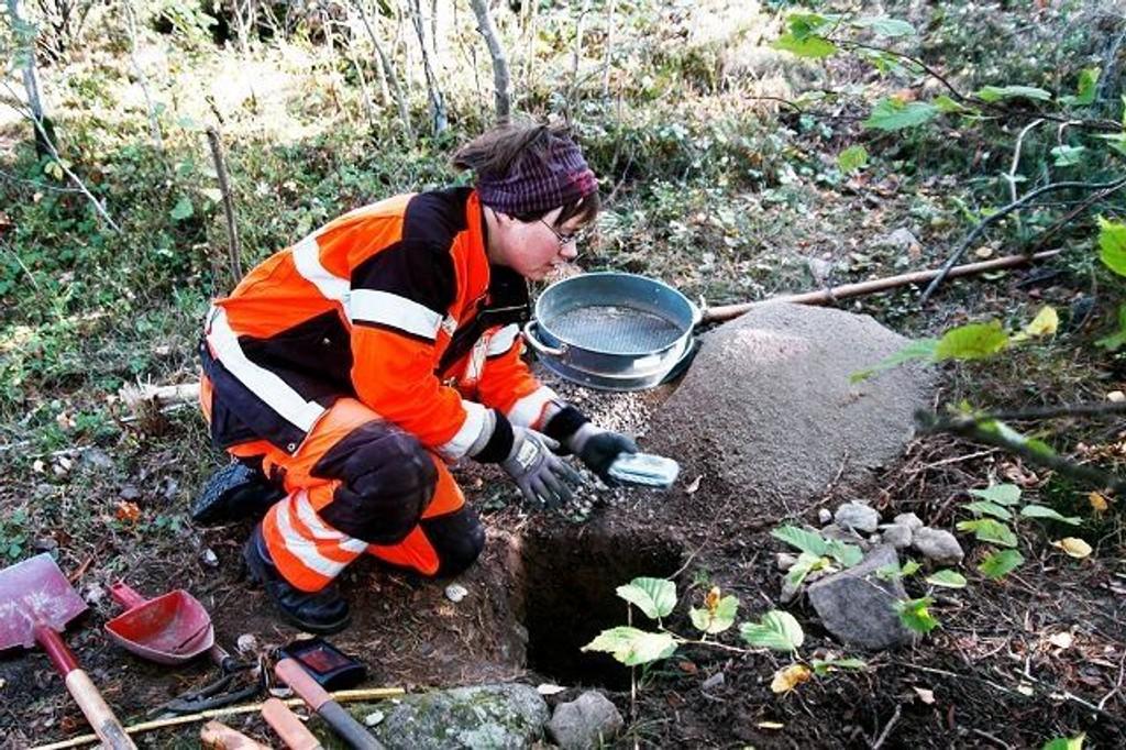 Arkeolog Marianne Bugge Kræmer graver fram viktige funn på Ekeberg. FOTO: Ivar Brynildsen