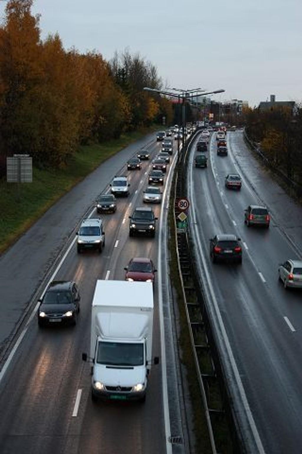 Mandag morgen fikk bilistene på Europaveien og Store Ringvei (her mellom Manglerud og Ryen) erfare om mulig enda tettere trafikk enn vanlig. Årsaken er mindre kapasitet i Festningtunnelen i forbindelse med tilkoplingen til senketunnelen.