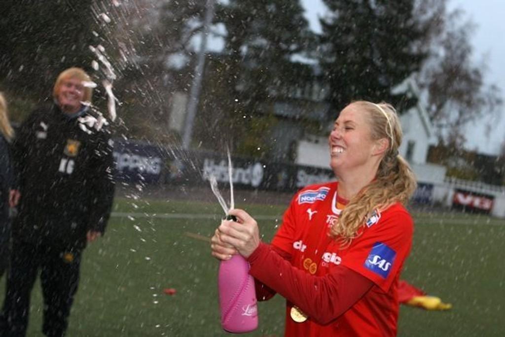 Jaaa!: Marit Fiane Christensen spretter sjampisen etter at gullet er i boks.