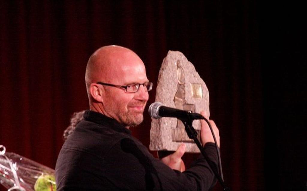 Årets kulturpris i Grorud gikk til Steinbruddet og her tar Steinar Enerly mot den flotte og velfortjente prisen.