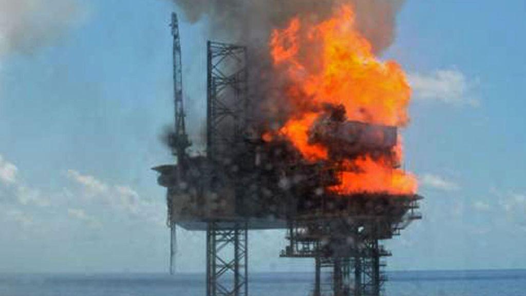 Dette bildet er gitt ut av PTTEP og viser brannen ombord riggen West Atlas.