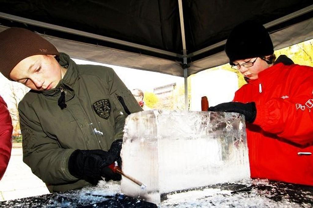 Håvard Johan Lysengen og Tobias Hagen fra Prinsdal fikk prøve seg som isskulptører.