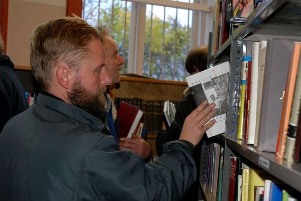 vet at det ikke er noen vei tilbake. Han er og blir en boksamler. Denne uken blir det flere besøk til Lions Club Oslo/Bergs bokmarked for å finne bokskatter til samlingen.
