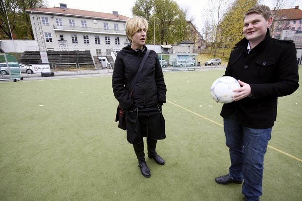 SV-politikerne Hilde Larsen og Andreas Behring synes det er på høy tid at det borgerlige byrådet gir Grüner I.L penger til kunstgress. FOTO: LARS ROAR RUD