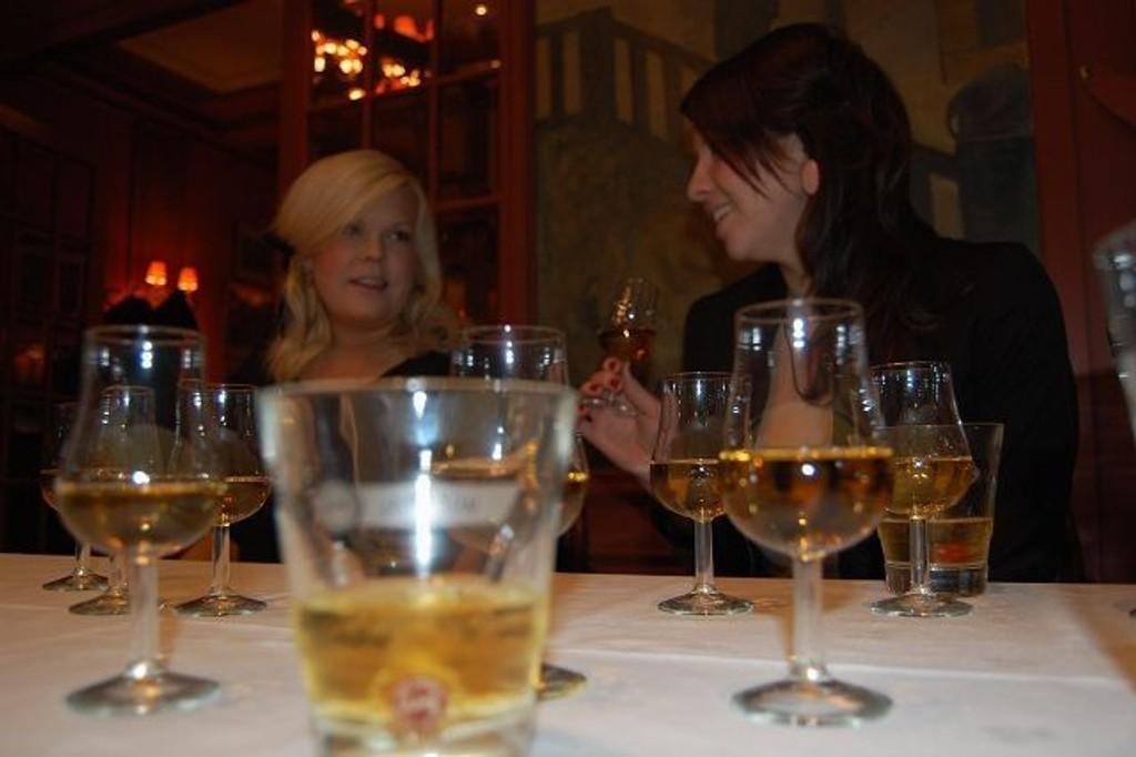 NY OPPLEVELSE: Det var første gang på whiskysmaking for de to St. Hanshaugen beboerene, Susanne Pettersen og Maria Torgussen. FOTO: Anita Bakk Henriksen