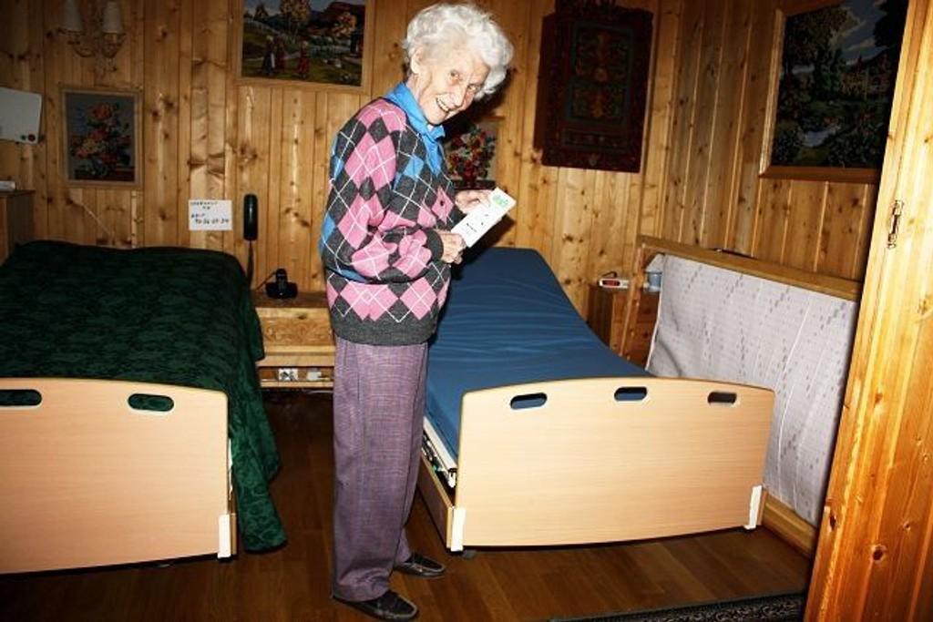 Denne elektriske sykehussengen brukte Bjørg Krosbys mann inntil han nylig flyttet på sykehjem. Nå vil ljanskvinnen at NAV Hjelpemiddelsentralen snarest mulig henter sengen slik at hun får plass til å montere datterens seng som foreløpig står inntil veggen i bakgrunnen. Foto: Aina Moberg